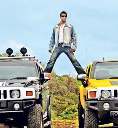 Ajay devgans entry over 2 hummers in golmaal returns