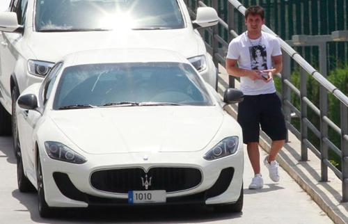 Messi with his car