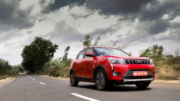 Mahindra XUV300 AMT W8 (O) First Drive Review - CarTrade