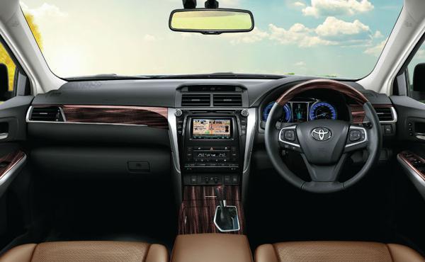 2018-Toyota-Camry-hybrid-interior
