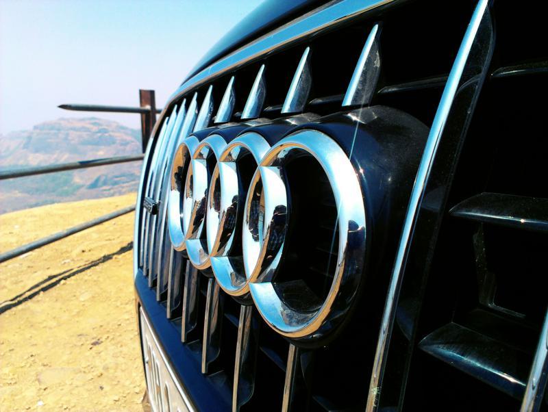 Audi Q5 scenic wallpaper