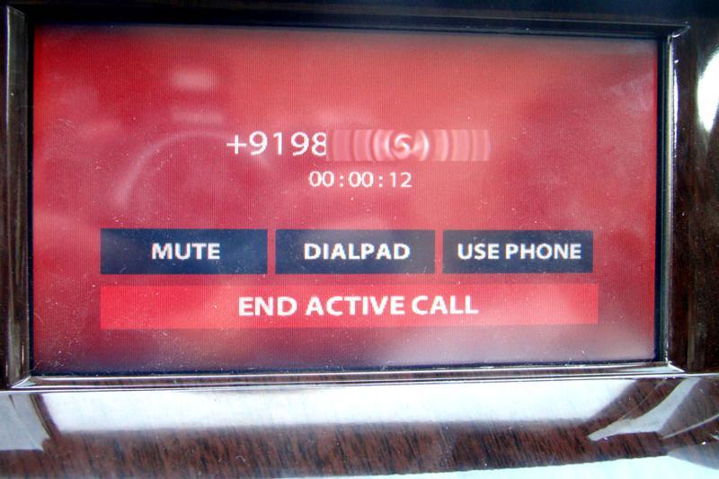 Mahindra XUV 500 Phone Taping